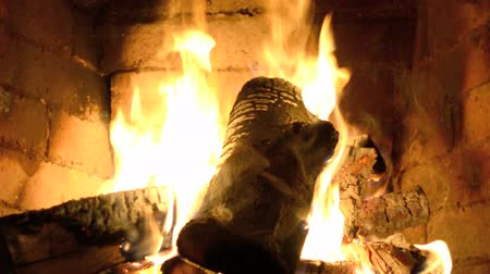 şömine : A hot fire burns in a stone fireplace. Stok Video