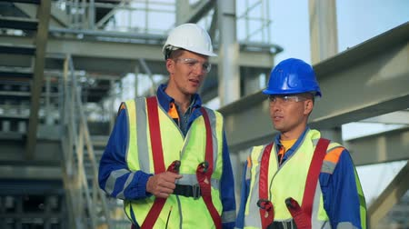 altura : Industrial engineer and worker discussing in factory
