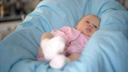 невинный : Cute newborn girl lying in bed on a blue background Стоковые видеозаписи