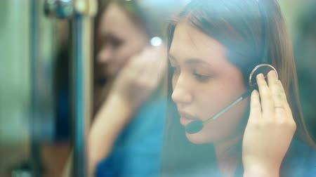 телемаркетинг : Busy call center operators in a modern office