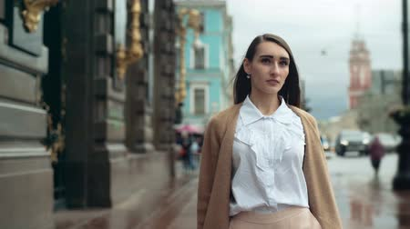 eleganckie : Attractive young businesswoman walking in the city