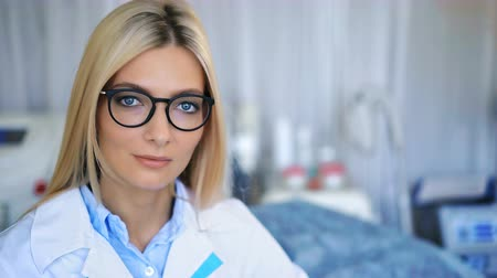 espetáculos : Beautiful young doctor smiling in a hospital Stock Footage