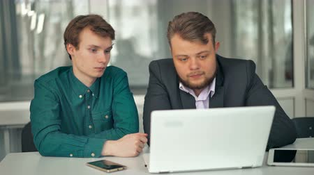 технология : Two businessmen working at desk together
