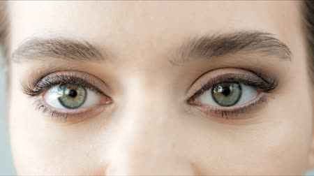 olhares : Beautiful close-up footage of female eyes with classic eyeliner make-up