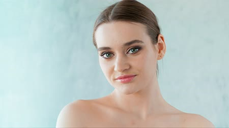 kafaları : Beautiful woman with clean skin and professional make-up posing in studio