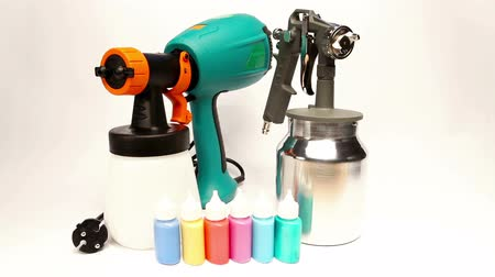 ar : Electrical and mechanical, manual spray gun for pulverization of color.