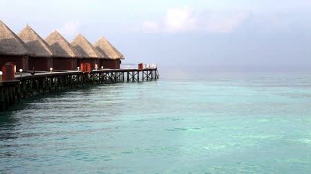 paraíso : Lodges over transparent quiet sea water- tropical paradise, Maldives