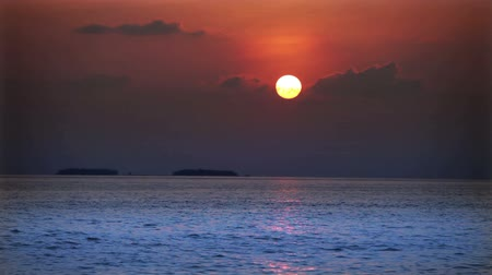 güney : Bright sunset over the sea
