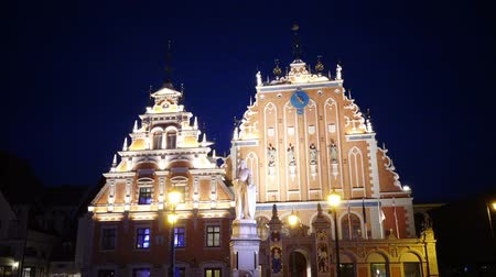 балтийский : Night view of a monument to Roland at Town Hall Square against the background House of the Blackheads of Riga Latvia