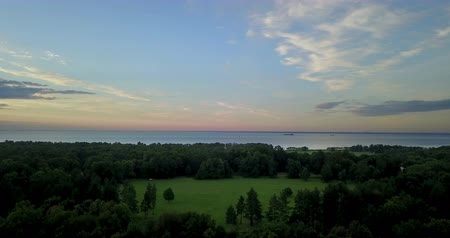 Финляндия : Panoramic view from the drone of the coast of the Gulf of Finland during a sunset near the park Alexandria, St. Petersburg, Russia