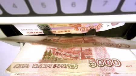 вычислять : Electronic money counter machine is counting the Russian five-thousandth ruble banknotes Стоковые видеозаписи