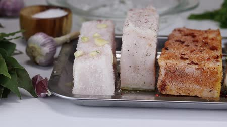心のこもった : Four kinds of different salty bacon lie in a metal tray, close-up