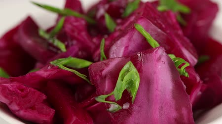 burak : Fermented cabbage with beets and green onions rotates clockwise, top view, close-up