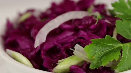petržel : Fermented red cabbage rotates clockwise, close-up