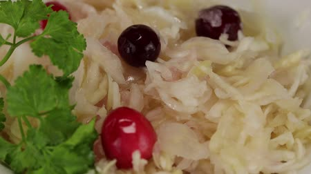 zuurkool : Sauerkraut with cranberries rotates counterclockwise, close-up