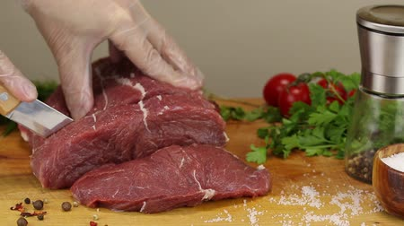 укроп : The chef separates a small piece of beef pulp with a special knife, close-up