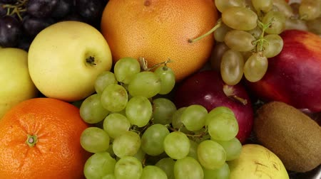 calorias : Apples, orange, grapes and kiwi rotate clockwise, top view