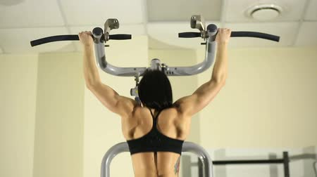 güçlü : Fitness girl doing pull-ups Stok Video
