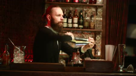 паб : Handsome barman professional at posh bar making cocktail drinks