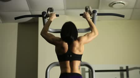 atletismo : Fitness girl doing pull-ups Stock Footage