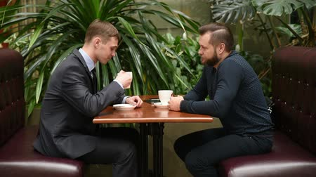 диалог : discussion in a coffee shop by two  businessmen