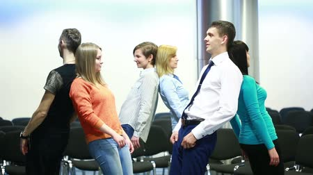 comunidade : team building, group discussion or therapy. people perform an exercise.