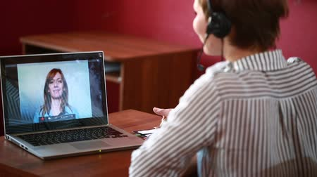 desteklemek : woman leading online video consultation. telework concept