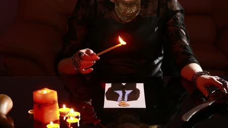 favori : woman holds a ritual of black magic. spell men. He uses photography. Stok Video