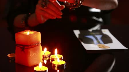 ayin : woman holds a ritual of black magic. spell men. He uses photography. Stok Video