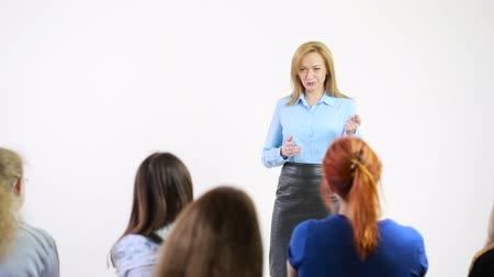 общественный : Beautiful business woman is speaking on conference. Стоковые видеозаписи