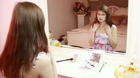 naszyjnik : girl takes a pearl necklace. He is sitting near a mirror. chic luxury interior Wideo