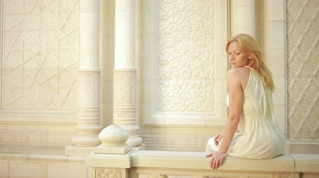 árabe : beautiful girl walking on the Arabic palace. tourism concept. white lace dress Vídeos