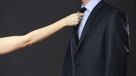тянущий : Girl pulls a man for a tie. is refused. concept of seduction Стоковые видеозаписи