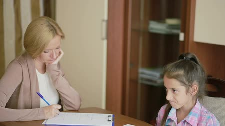 psikoloji : Child psychologist with a little girl. childrens psychological counseling