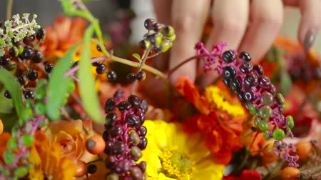decorador : Florist prepares a bouquet of flowers for sale to customers Stock Footage