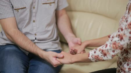 zdrada : Female psychologist helping worried young couple. family therapy