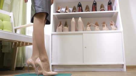 pięta : beautiful girl choosing a pair of high heels shoes. Beautiful legs.
