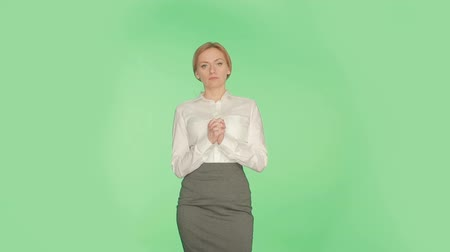 ídolo : body language. woman green background. Related fingers.