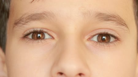 tık : little childs eyes, innocence, eyeballs, front view. close-up, a nervous tic