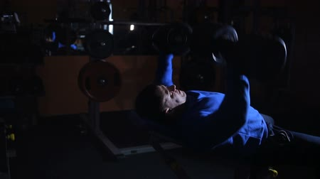 levantamento de pesos : bench dumbbell up while lying on the bench, the chest muscle training Vídeos