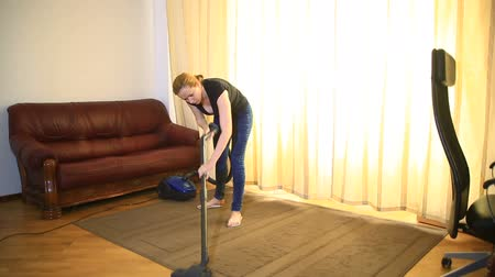 домохозяйка : Woman cleaning using vacuum cleaner, effective. Vacuum cleaner carpet