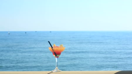 artigos de vidro : cocktail on beach, blue sea and sky background