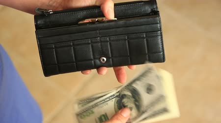 казна : Womens hands hold a money clip with dollars