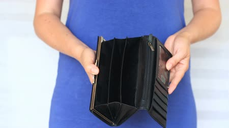 cüzdan : woman shows her empty wallet. Bankruptcy. Bankruptcy - Person holding an empty wallet. businesswoman holding looking into empty wallet. The concept of poverty. Stok Video