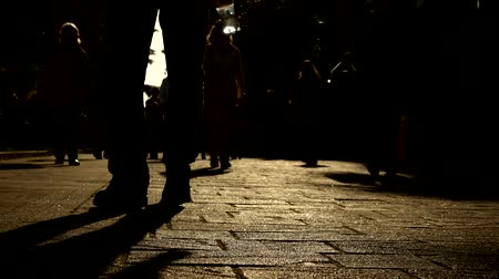 domingo : 4k. silhouette of anonymous people walking in the city. urban metropolis lifestyle scenery