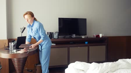 szobalány : the maid steals money while cleaning the room in a five-star hotel. 4k. Stock mozgókép