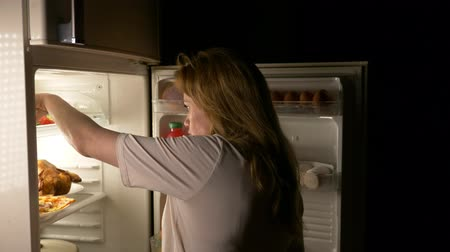 meia noite : Woman opens the refrigerator at night. night hunger. diet. gluttony, 4k Vídeos