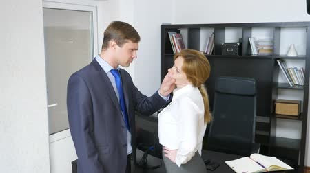 recrutamento : Interview with the interlocutor or a meeting: a business man and a woman. humor, irony. 4k Vídeos