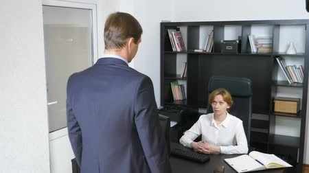 recrutamento : 4k, man, office worker shrugs shoulders talking to his boss