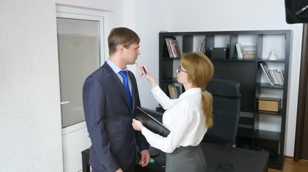 урод : Interview with the interlocutor or a meeting: a business man and a woman. humor, irony. 4k Стоковые видеозаписи